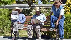 Männer in Chuquibamba (Sanseira) Tags: peru südamerika chuquibamba männer zeitung lesen