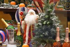 А вот и дедушка! (Angelok-Happy) Tags: витринагума праздник новыйгод сказка елочка пожеланиеnewyear mood wish grandfather christmastree happiness