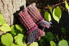 Wärmende Blütenkelche gegen kalte Hände (Sockenhummel) Tags: handarbeitensabine stulpen mittens handgelenkwärmer wristwarmer stricken knitting alpis farbenrausch handschuhe fuji x30 alpi alpialpenrose rainbowflowers alpenrosedesigns