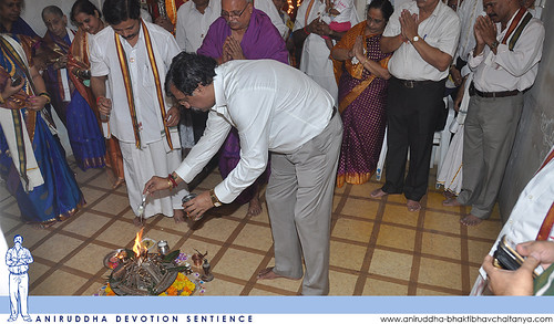 Sadguru Shree Aniruddha offering ghee in the Holika during Holi festival at Shree Sai Nivas | श्री साईनिवास येथे होळी उत्सवात होलिकेत घृत (तूप) अर्पण करताना सद्गुरु श्रीअनिरुद्ध बापू