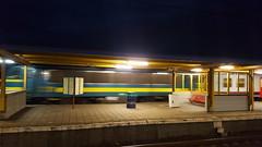 een trein rijd door (peter.velthoen) Tags: trein beweging avond mechelen belgië smartphone slimbel