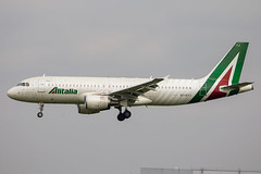 Alitalia - Airbus A320-216 EI-DTJ @ London Heathrow (Shaun Grist) Tags: eidtj az alitalia airbus a320 a320216 shaungrist lhr egll london londonheathrow heathrow airport aircraft aviation aeroplanes airline avgeek landing 27l employeessignaturelivery