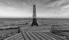 El mundo del revés. (Amparo Hervella) Tags: santiagodelaribera murcia españa spain paisaje mar agua pasarela cielo nube bw bn figura persona d7000 nikon nikond7000