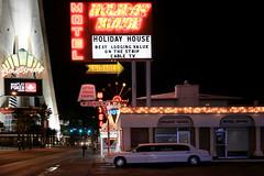 Las Vegas Boulevard (erichudson78) Tags: usa nevada lasvegas ville town lasvegasboulevard nuit night canoneos6d canonef24105mmf4lisusm panneau voiture rue street paysageurbain urbanlandscape neon néon