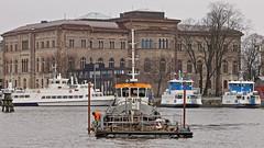 The tug boat Örjan at work in Stockholm, in the background several commuter boats and the Swedish Nationalmuseum (Franz Airiman) Tags: båt boat ship fartyg stockholm sweden scandinavia peab peabmarin nybroviken nybrobay museikajen nationalmuseum msmysing msörjan msdjurgården8 msdjurgården10 blasieholmen ladugårdslandsviken ladugårdslandbay