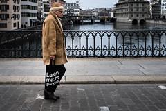 Lesen macht glücklich (gato-gato-gato) Tags: apsc europa europe fuji fujifilmx100f schweiz street streetphotography switzerland x100f zurich zürich autofocus flickr gatogatogato pocketcam pointandshoot streettogs wwwgatogatogatoch strasse strase onthestreets streetpic streetphotographer mensch person human pedestrian fussgänger fusgänger passant suisse svizzera sviss zwitserland isviçre zuerich zurigo zueri fujifilm fujix x100 x100p digital