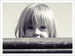 curiosity (https://www.norbert-kaiser-foto.de/) Tags: kind kindheit child childhood schwarzweis blackwhite blick augen porträt portrait gesicht mensch people
