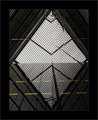 2 Triangles = 1 Losange (Jean-Louis DUMAS) Tags: reflecting réflection reflets bâtiment building londres london artistique frame square carré losange abstrait abstraction abstract artistic art architecte architectural architecture architect yellow black diamond lignes géométrique