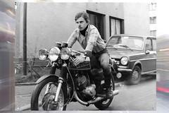 Loran, Kawasaki  250 A1 SamouraÏ en 1973 (Loran de Cevinne) Tags: lorandecevinne loran moto motard bike kawasaki noiretblanc 1973 blackwhite monochrome négatif ilfordfp4 film vintage vintagescan kawasaki250a1samouraï 2temps bagneux bourglareine banlieueparisienne france iledefrance hautsdeseine bicylindre
