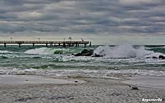 Stürmische Ostsee (garzer06) Tags: meer ostsee wasser wellen strand steine seebrücke deutschland mecklenburgvorpommern wolkenhimmel naturfoto naturphotography naturfotografie
