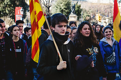 Focussed or sad? (photographercph) Tags: barcelona spain spanien holdiay urlaub demonstration photojournalism catalonia catalonien sad focussed fuji spring yellow gul gelb rot rød red flag boy dreng udenfor outside sun traurig portrait gade street eu europe europa light day dag streetphoto fujifilm strasse urban city by stadt pulse life feelings
