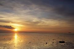 Westerschelde bij Waarde (Omroep Zeeland) Tags: westerschelde waarde slik wolken wolkenlucht scheepvaart zonsondergang sunset horizon
