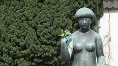 flowers, advise and nudity (farmspeedracer) Tags: april park garden woman girl classic beauty nude naked what do you expect art scupture 2016 aah friend wegbegleiter mädchen femme fille hola big tradition tag hair style barber cut fashion trend boobs