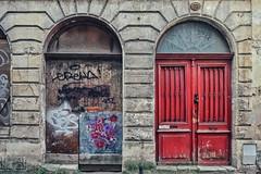 Les rides du vieux Bordeaux poétiquement maquillées par Stew (Isa-belle33) Tags: architecte urban urbain city ville door porte stew fujifilm bordeaux street streetphotography streetart streetartbordeaux