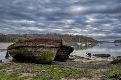 Vieux couple (Patrick Doreau) Tags: cimetière cimetery boat bateau old vieux ruine ruin rance saintmalo quelmer graffity ciel sky couleurs colors groupenuagesetciel