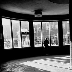 Attends-moi, l'autobus s'en vient... (woltarise) Tags: montréal outremont métro station stm attente autobus avenue vanhorne streetwise iphone7 fenêtres