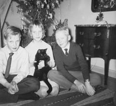 X-mas with cat (Ken-Zan) Tags: jul xmas kids cat gran scanned kenzan ia byrå