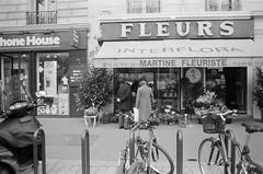 (Džesika Devic) Tags: fleurs blackandwhite film 35mm paris france canonae1 28mm lomography grain couple love elderlycouple streetphotography womeninstreet