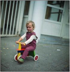 .#moodoftheday (Herr Benini) Tags: mood fahrrad child knd laufrad bicycle kiev88 analog film 6x6 120 mediumformat kodak kodakportra400 portra crying painting neukölln