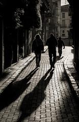 Siluetas en la mañana. (Ricardo Pallejá) Tags: street shades nikon d500 monocromático monocromo falset priorat pueblo piedra stone contraste contraluz urbana urban blancoynegro blackandwhite bw silueta lightroom rural