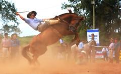 Juan Surt (Eduardo Amorim) Tags: gaúcho gaúchos gaucho gauchos cavalos caballos horses chevaux cavalli pferde caballo horse cheval cavallo pferd pampa campanha fronteira quaraí riograndedosul brésil brasil sudamérica südamerika suramérica américadosul southamerica amériquedusud americameridionale américadelsur americadelsud cavalo 馬 حصان 马 лошадь ঘোড়া 말 סוס ม้า häst hest hevonen άλογο brazil eduardoamorim gineteada jineteada