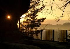 Das Loch im Fels (isajachevalier) Tags: elbsandsteingebirge sächsischeschweiz landschaft licht sonnenaufgang sachsen felsen sonne natur panasonicdmcfz150