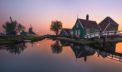 brand new day (Lena Held) Tags: holland nederland niederlande spiegelung wasser zaanse schans amsterdam reisen tulpen tulips world travel global reflection sunrise early foggy fog rise bridge windmill windmühle trees plants sunny sunshine sunlight daylight new day canon 5dsr 1635mm f4 weitwinkel landscape scape land square scarf