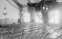 tm_11167 - Folkskolans samlingssal 1897 (Tidaholms Museum) Tags: svartvit positiv blackwhite 1897 1890talet samlingsal folkskola school interiör interior lampa belysning ljus