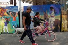 (kafkiano) Tags: ciudaddeméxico calledeméxico calle ciudad city cdmx colores street streetphoto streetgallery streetportrait señor streetshoot niña bicicleta bicycle bici bicicletas fotodecalle fotodocumental fotoperiodismo facebookcomaztlanphoto fotografía fotografíamexicana familia folklore fiesta iztapalapa irvingcabreratorres aztlanphoto