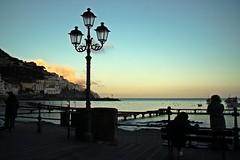 Un lampione, il mare, il tramonto (Meteoraaaa) Tags: amalfi spiaggia mare lungomare costiera