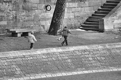 Hunting (Franck gallery) Tags: noirblanc blackwhite kids enfants riverbank quaisdeseine jeu play street rue paris people personnes gens d90