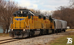 1/2 UP 818 Leads 2 Covered Hoppers to Alden, IA 12-23-18 (KansasScanner) Tags: iowafalls ackley iowa bradford train railroad csx cn up iarr