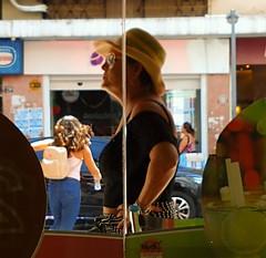 inteira (lucia yunes) Tags: mulher mulheres cenaderua fotoderua fotografiaderua retrato mobilephoto mobilephotography streetshot streetscene streetphotography streetlife woman portrait hat chapéu motoz3play luciayunes