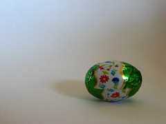 A small chocolate egg (Vallø) Tags: vallø danmark denmark 2019 macro indoor inside minimal simple white hvid green grøn smileonsaturday minimaleggtic chocolateegg 10faves 500views