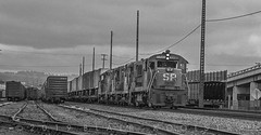 SFRVY at East Oakland, CA, April 7, 1977 (blair.kooistra) Tags: blue california californiarailoads southernpacific espee sp westernpacifc wp wobbly bayarearailroads oakland oaklandrailroads u25b