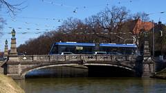 T2-Wagen 2701 überquert erstmals die Schlossbrücke in Nymphenburg (Frederik Buchleitner) Tags: 2701 avenio messfahrt munich münchen probefahrt siemens strasenbahn streetcar twagen t2 tram trambahn