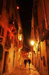 Hand in hand (DameBoudicca) Tags: malta malte マルタ valletta lavaleta lavalette lavalletta バレッタ streetshot streetphotography night natt nacht notte nuit noche 夜 street gata strase calle rue strada 道