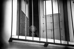 Arresti domiciliari (encantadissima) Tags: cordoba andalusia finestra vecchietto imposte vetri spagna bienne street