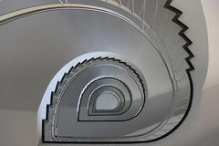 zzzzz.. (Elbmaedchen) Tags: staircase stairwell stairs stufen steps treppenauge treppenstufen treppenhaus escalier roundandround interior upanddownstairs helix spirale spiral architektur architecture beauty aufwärts kiel neuesrathaus