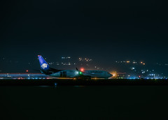 aeromexico flight am 665 departing for mexico city (pbo31) Tags: bayarea california nikon d810 night dark black color rain storm winter january 2019 boury pbo31 sanmateocounty sanfranciscointernational sfo millbrae airport plane airline aviation flight travel boeing 737 aeromexico departure lightstream