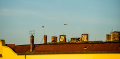 20190214-028 (sulamith.sallmann) Tags: architektur verkehr bauwerk berlin dach deutschland esse europa flugverkehr flugzeug gebäude haus kamin pankow prenzlauerberg schlot schornstein schornsteine wohnhaus sulamithsallmann