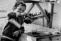 Maroc - Dans les montagne de l'Atlas (regis.grosclaude) Tags: atlas montagne moutain morcco maroc noir blanc nb bw bwemotion enfant child children tee thé