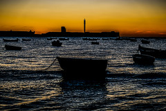 Entre barcas (ameliapardo) Tags: atardecer barcas agua olas cielo rojo fujixt2 fujinon1855 cadiz playadelacaleta andalucia