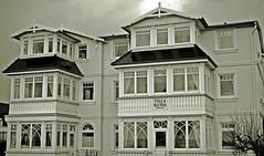 Villa in Niendorf (Ostsee) (dl1ydn) Tags: dl1ydn villa niendorf ostsee architektur haus bauwerk voigtländer ultron 50mmf2 vintage architecture 50mm altglas schleswigholstein