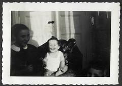 AlbumC297 Alle drei Geschwister, 1930-1950er (Hans-Michael Tappen) Tags: archivhansmichaeltappen albumc 19301950er fotorahmen familienfoto dreigeschwister barfus barefoot wohnstube kinder children türklinke