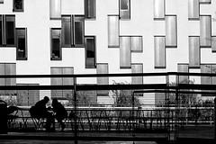 Tete-a-tete (heinzkren) Tags: street streetphotography architecture architektur schwarzweis blackandwhite monochrome wien vienna austria silhouette urban outdoor candid windows facade fassade modern contemporary building sony couple meeting date