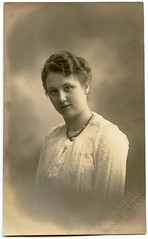. (Kaïopai°) Tags: female femme woman frau frow dame portrait portraiture vintage muchere kleid frisur friseur 1919 hannover