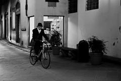 Via delle Oche (Pierrot le chat) Tags: viadelleoche florence italy firenze italia streetphotography night scènederue noiretblanc blackandwhite bicycle