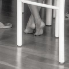 Under Table - Film Leica (Photo Alan) Tags: leica leicaiiic vancouver film filmcamera filmleica blackwhite blackandwhite monochrome foot feet chair table
