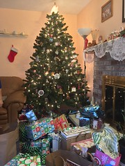2018 YIP Day 359: Christmas day (knoopie) Tags: 2018 december iphone picturemail 2018yip project365 365project 2018365 yiipday359 day359 christmas christmastree stocking presents